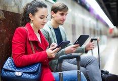 Les gens avec le comprimé à la métro Photo libre de droits