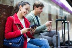 Les gens avec le comprimé à la métro Photos stock
