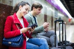 Les gens avec le comprimé à la métro Images stock
