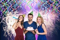 Les gens avec le gâteau célèbrent le joyeux anniversaire Photographie stock libre de droits