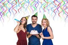 Les gens avec le gâteau célèbrent le joyeux anniversaire Photographie stock