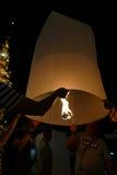 Les gens avec le lampion traditionnel de la Thaïlande la nuit Images libres de droits