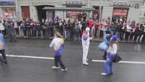 Les gens avec le pom de pom donnent cinq au porteur de flambeau Course de relais de flamme olympique de Sotchi dans le St Petersb clips vidéos