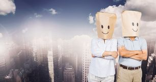 les gens avec le sac dirigent les visages souriants dans le paysage urbain Photos libres de droits