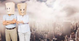 les gens avec le sac dirigent les visages souriants dans le paysage urbain Photos stock