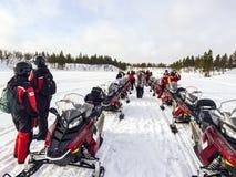 Les gens avec le scooter de neige en tournée Images libres de droits