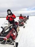Les gens avec le scooter de neige en tournée Photo libre de droits