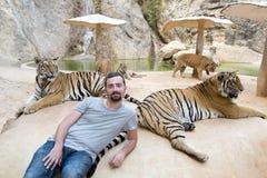 Les gens avec le temple de tigre Images stock