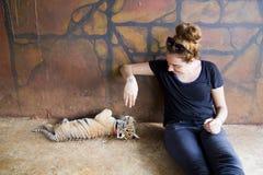 Les gens avec le temple de tigre Photographie stock libre de droits