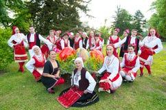 Les gens avec les costumes traditionnels de la région célèbrent Pâques photo libre de droits