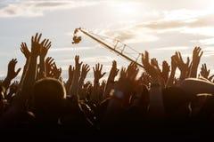 Les gens avec les mains augmentées photo libre de droits