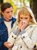 Les gens avec un mouchoir froid de nez de soufflement tombent Photo stock