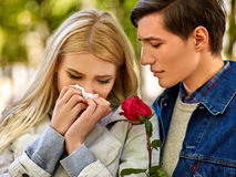 Les gens avec un mouchoir froid de nez de soufflement tombent Photographie stock libre de droits