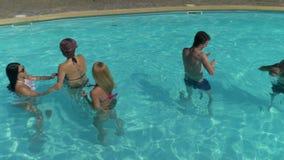 Les gens ayant l'amusement à la piscine d'hôtel banque de vidéos