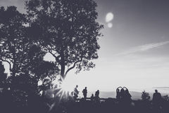 Les gens ayant l'amusement au temps de coucher du soleil Images libres de droits