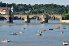 Les gens ayant l'amusement avec de petits bateaux Photo libre de droits