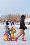Les gens ayant l'amusement avec sledging sur la glace dans le parc de Nanhu, Tchang-tchoun, Chine Images stock