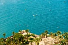 Les gens ayant l'amusement dans des panneaux de petits bateaux et de palette de ressac sur la mer Méditerranée Image libre de droits