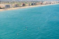 Les gens ayant l'amusement dans des panneaux de petits bateaux et de palette de ressac sur la mer Méditerranée Photographie stock