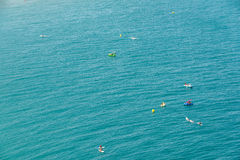 Les gens ayant l'amusement dans des panneaux de petits bateaux et de palette de ressac sur la mer Méditerranée Photographie stock libre de droits