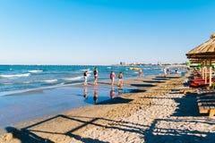 Les gens ayant l'amusement dans l'eau et détendant dans la station balnéaire de Mamaia chez la Mer Noire en Roumanie Photographie stock libre de droits