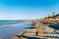Les gens ayant l'amusement dans l'eau et détendant dans la station balnéaire de Mamaia chez la Mer Noire en Roumanie Photo libre de droits