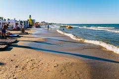Les gens ayant l'amusement dans l'eau et détendant dans la station balnéaire de Mamaia chez la Mer Noire en Roumanie Photo stock