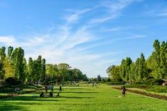 Les gens ayant l'amusement dans le parc public de Herastrau la journée de printemps Images libres de droits