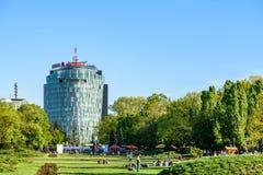 Les gens ayant l'amusement dans le parc public de Herastrau la journée de printemps Photo libre de droits