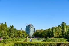Les gens ayant l'amusement dans le parc public de Herastrau la journée de printemps Images stock
