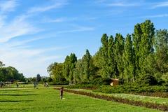 Les gens ayant l'amusement dans le parc public de Herastrau la journée de printemps Photos stock