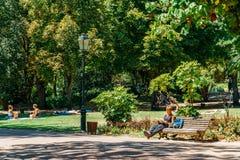 Les gens ayant l'amusement en parc de Jardim DA Estrela de Lisbonne dans l'été Photo stock