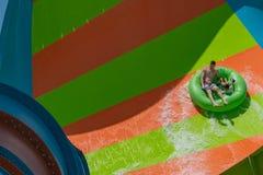 Les gens ayant la boucle de Karakare d'amusement chez Aquatica dans la région internationale 8 d'entraînement photo libre de droits
