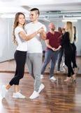 Les gens ayant la classe de danse Photographie stock