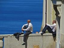 Les gens ayant la pause de midi Deux hommes regardant l'horizon fixement de mer Photo stock
