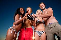 Les gens ayant la réception à la plage avec des boissons Image libre de droits
