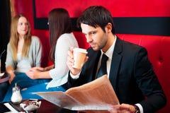Les gens ayant le café dans un café Photographie stock libre de droits