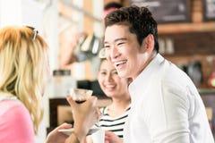 Les gens ayant le café et l'amusement en café asiatique Photos libres de droits