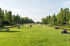 Les gens ayant le pique-nique et jouant des jeux dans le parc public de Herastrau Photographie stock libre de droits
