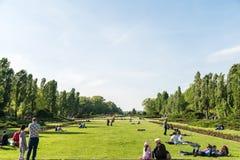 Les gens ayant le pique-nique et jouant des jeux dans le parc public de Herastrau Photo libre de droits