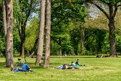 Les gens ayant le pique-nique et jouant des jeux dans le parc public de Mogosoaia Photo libre de droits