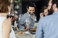 Les gens ayant le repas ensemble dans le restaurant images stock