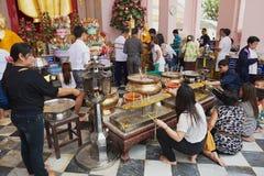 Les gens brûlent des bougies dans le chedi de Nakhom Pathom, Nakhom Pathom, Thaïlande Photos libres de droits