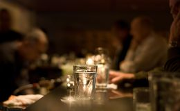Les gens buvant à un bar Photos stock