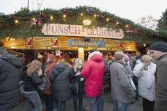 Les gens buvant à un marché de Noël Photographie stock libre de droits