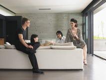 Les gens buvant Champagne In Living Room Images libres de droits