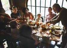 Les gens célèbrent le jour de thanksgiving images libres de droits