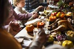Les gens célèbrent le jour de thanksgiving photos libres de droits