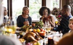 Les gens célèbrent le jour de thanksgiving image stock