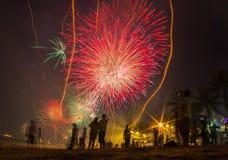 Les gens célèbrent le ` s de soirée du Nouveau an recherchant des feux d'artifice Image stock